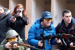 Střelba z armádních zbraní...