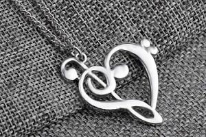 Dámský náhrdelník v podobě hudebního srdce...