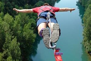 Bungee jumping z mostu...