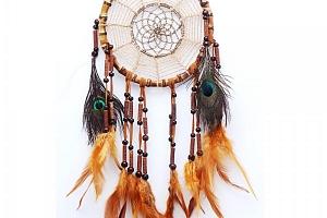 Indiánský lapač snů s barevnými pírky...