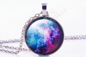 Jedinečný náhrdelník s motivy vesmírné mlhoviny...