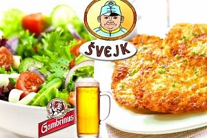 Domácí bramboráčky s uzeným na cibulce a modrým sýrem a zeleninový salát, pivo Gambrinus....