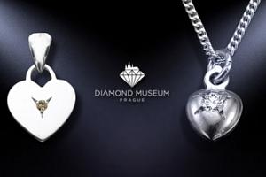 Stříbrný řetízek ve tvaru srdíčka s pravým diamantem...