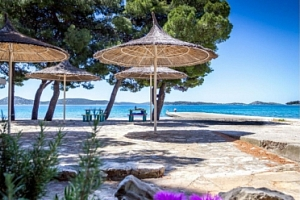 Chorvatsko/Vodice, 7 nocí pro 1 osobu s polopenzí přímo u pláže...