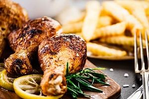Kilo pečených kuřecích stehen s přílohou a palačinkami ve Švejk Restaurantu Strašnice...
