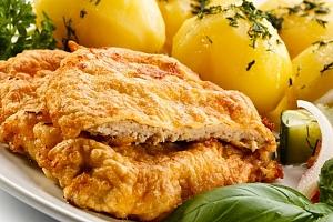 Kilo vepřových řízků s máslovými bramborami a palačinkami ve Švejk Restaurantu Strašnice...