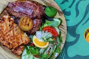 Masový mix grill pro dva: vepřový a kuřecí steak + 3 přílohy...