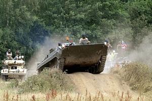 Jízda v obrněném transportéru + střelba z Kalašnikova...