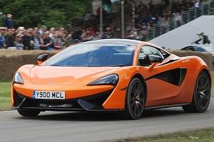 Super jízda pro muže ve voze McLaren 570S...