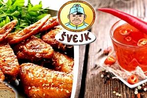 Pečená křídla v restauraci Švejk, salát, košík chleba, domácí tatarka, sweet chilli omáčka a BBQ....