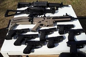 Švédský stůl plný nabitých zbraní...