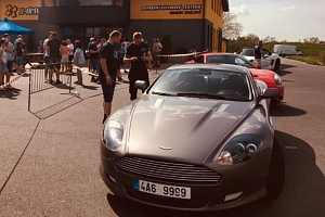 Projeďte se v Aston Martin DB9S na polygonu...