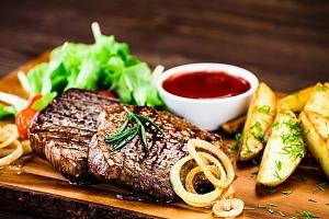 Mix grill se 4 druhy masa a přílohou pro až 4 osoby v pražském Švejk Restaurantu Strašnice...