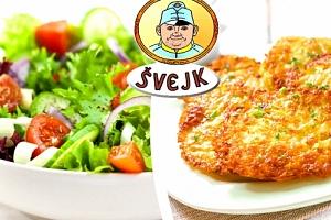 Domácí bramboráčky s uzeným na cibulce a modrým sýrem a zeleninový salát, káva zdarma....
