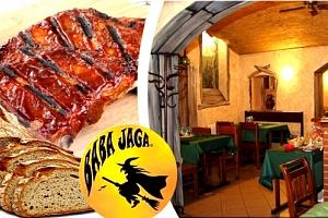 Pečená žebra s BBQ omáčkou, kyselá okurka, chleba nebo bagetka v restauraci Baba Jaga....