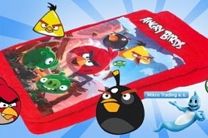 Nafukovací postel s motivem Angry Birds se spacím pytlem...