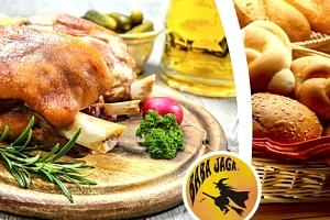 Vepřové pečené koleno na černémna černém pivě v Restauraci Baba Jaga v Praze na Vinohradech....