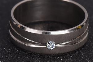 Dámský prsten s kamínkem...