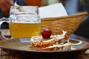 Hermelín a utopenec s chlebem i pivem pro 1 ve Švejk Restaurantu Strašnice v Praze...