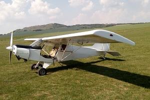 Let sportovním letadlem s možností pilotování letounu...