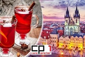 Svařák v kavárně s výhledem na Betlémskou kapli v centru Prahy...
