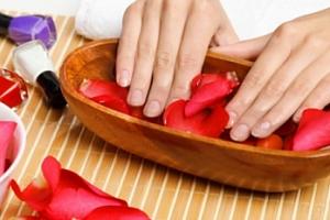 Klasická manikúra včetně lakování nebo gelové nehty...
