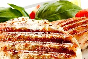 Kuřecí steak SOMBRERO s hranolky + zmrzlinový pohár v restauraci Švejk v Praze....