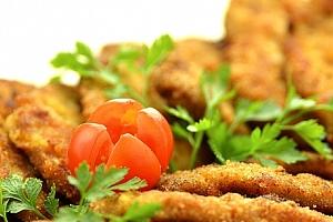 Kilo kuřecích řízečků s ošatkou chleba, zeleninovou oblohou a tatarskou omáčkou v Hospůdce U Fíčků....