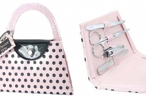 Elegantní manikúra ve tvaru kabelky v nádherném růžovém provedením s černými puntíky....