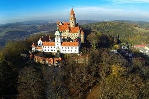 Zima i jaro v Hotelu Bouzov přímo pod hradem s polopenzí, dítě zdarma...