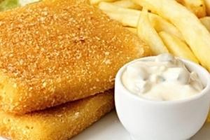 Smažený sýr pro dva s hranolkami a domácí tatarka v restauraci Baba Jaga na Vinohradech....