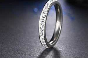Decentní prsten z chirurgické oceli s malými zirkonky s bílým pozadím SR000049 Velikost: 11...