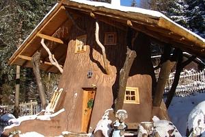 Zima i jaro v Pohádkové vesničce pro 2 + 2 děti do 12 let s polopenzí a bazénem...