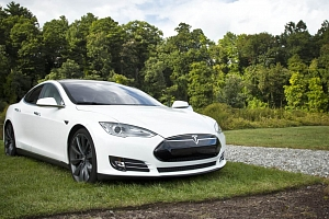Projeďte se v limuzíně s duší supersportu: Tesla Model S – Black Friday...
