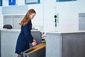 Příruční digitální váha na zavazadla + hliníkové pouzdro na doklady zdarma...
