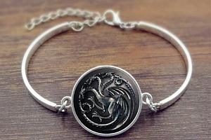 Náramek se symbolem rodů z Games of Thrones z rhodiované bižuterie Druh: 2...
