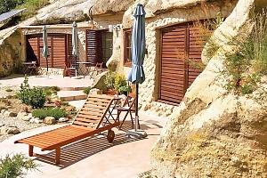 Maďarský Sirok ve speciálních jeskynních apartmánech nedaleko Egeru s celodenním vstupem do lázní i…...