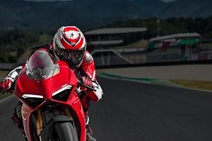 Dokonalá jízda na motorce Ducati...