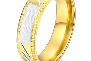 Prsten z rytím z chirurgické oceli Strips ve zlatém provedení SR000108 Velikost: 10...