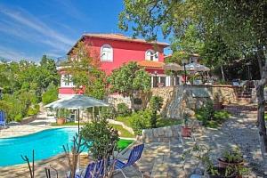 Chorvatsko ve Ville Dora přímo u pláže v apartmánech s kuchyňkou a bazénem...