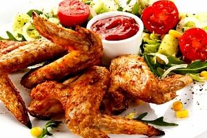 1,2 kg lahodných pečených kuřecích křidélek, výběr ze 3 druhů marinád a košíček s dostatkem chleba....