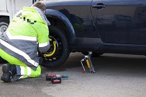 Zážitkový kurz výměny kola u auta včetně montáže řetězů...