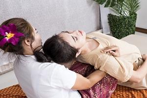 Thajská olejová masáž pro 2 osoby v salonu Eden's Garden na Praze 1...