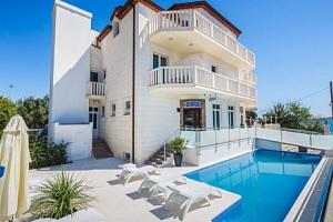 Chorvatsko: Hotel Villa Žarko **** u Splitu se snídaní, bazénem a 20 m od moře...