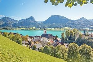 Rakouské Alpy v hotelu přímo na břehu jezera Wolfgangsee s bufetovými snídaněmi...