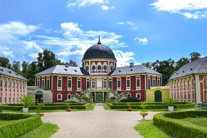 Edukační pobyt v areálu zámku Veltrusy s polopenzí, prohlídkou zámku a výstavou...