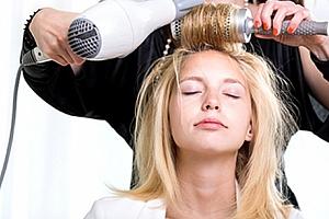 Kompletní kadeřnická péče včetně střihu, mytí, melíru, foukání i konečného stylingu ve Studiu R....