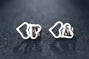Dámské náušnice- pecičky ve tvaru dvojitého srdce z chirurgické oceli- 2 barvy SE94 Barva: Stříbrná...