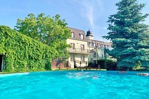 Bratislava v 4* zámeckém hotelu s vyhřívaným bazénem, zapůjčením kol a snídaní/polopenzí...