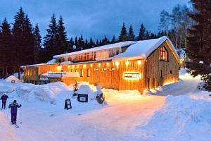 Jizerské hory: moderní lesní Resort Montanie u přehrady Souš s polopenzí a neomezeným wellness...